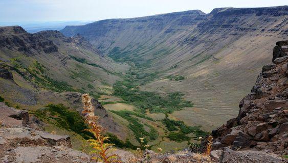 STEENS MOUNTAIN, OREGON#Nach vielen Amerikareisen hat uns dieser Ort völlig überraschend in seinen Bann gezogen. Steens Mountain ist ein langgestreckter Berg im äußersten Südosten Oregons, der von Westen her langsam bis auf über 2.700 Meter ansteigt und auf der Ostseite fast senkrecht zur Alvord Desert abfällt. Die Aussichten sind atemberaubend. Der Blick in die mächtige Kiger Gorge, Golden Eagles, die majestätisch ihre Kreise ziehen, oder eine Wanderung zum Mustang Lake, wo es noch die berühmten Wildpferde geben soll, haben uns hellauf begeistert. #Lieblingsplatz von: <b>R. & B. Maronde (Text/Bild)</b>